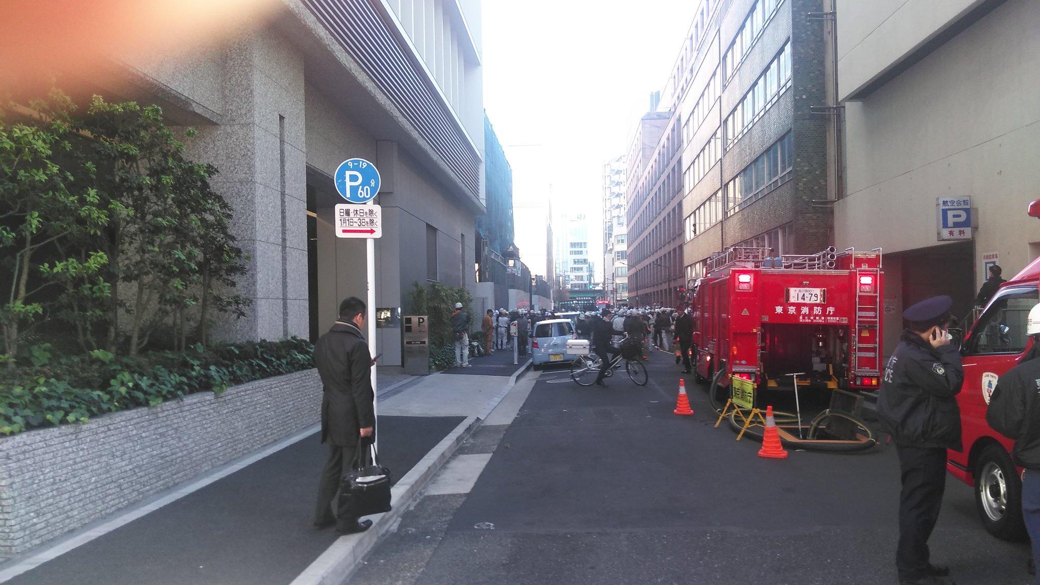 画像,内幸町の火事。消防車の数も多いが、避難した作業員の数にびっくり! https://t.co/11pmI9aV3H。