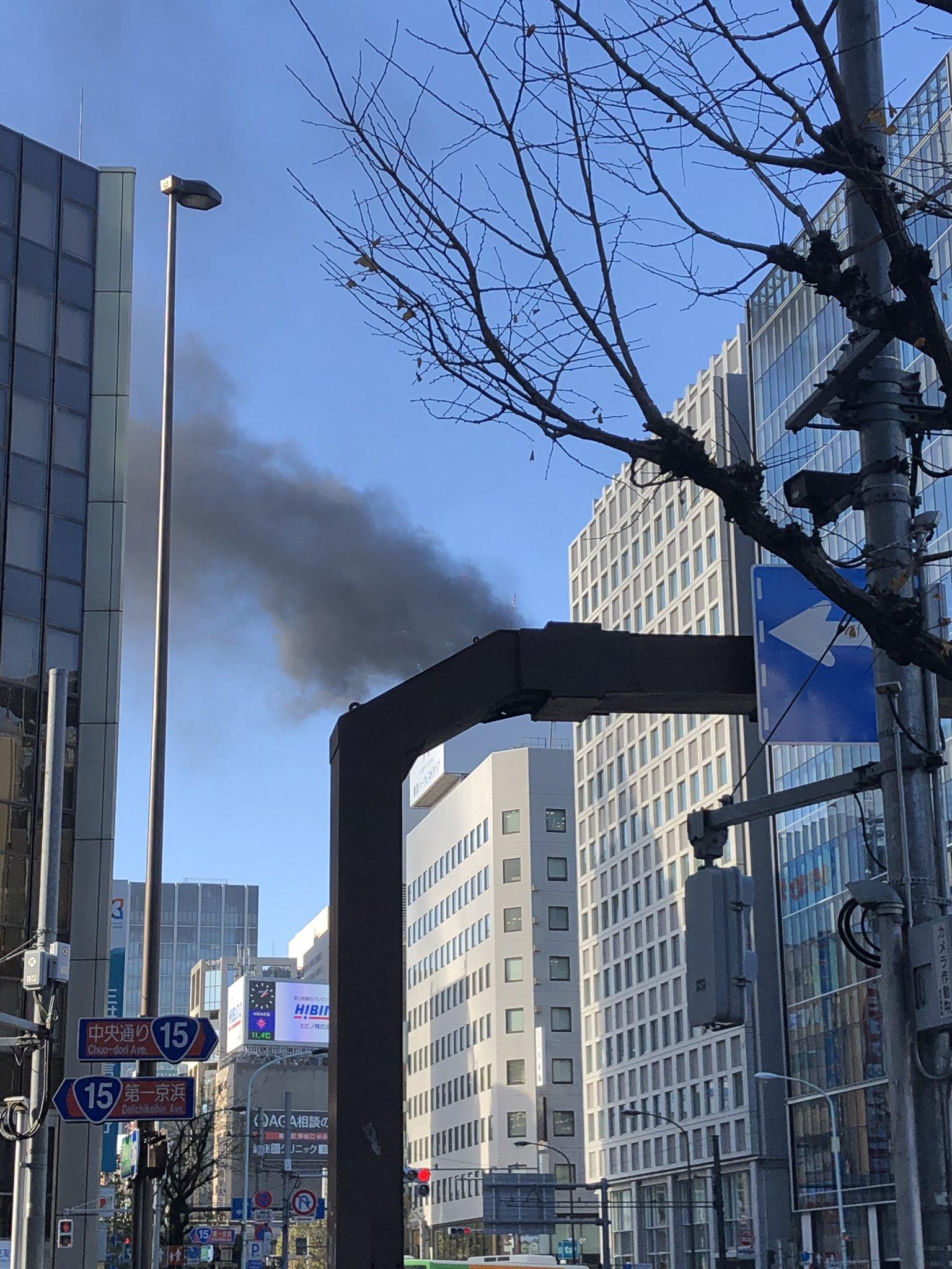画像,ちょっと信号機で見えにくいけど、新橋駅近く火事🧯だよね? https://t.co/icTUTRJxBU。