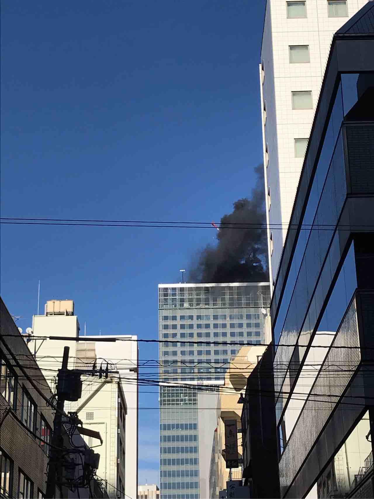 画像,新橋での取材終わり、ビルの上階で火事。結構大事では。 https://t.co/5q6cCgh2WU。