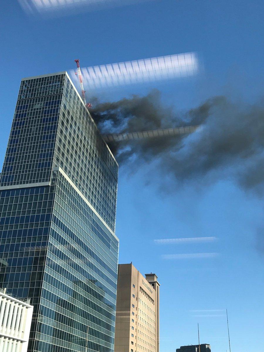 新橋駅付近のビルで火事が起きている現場画像