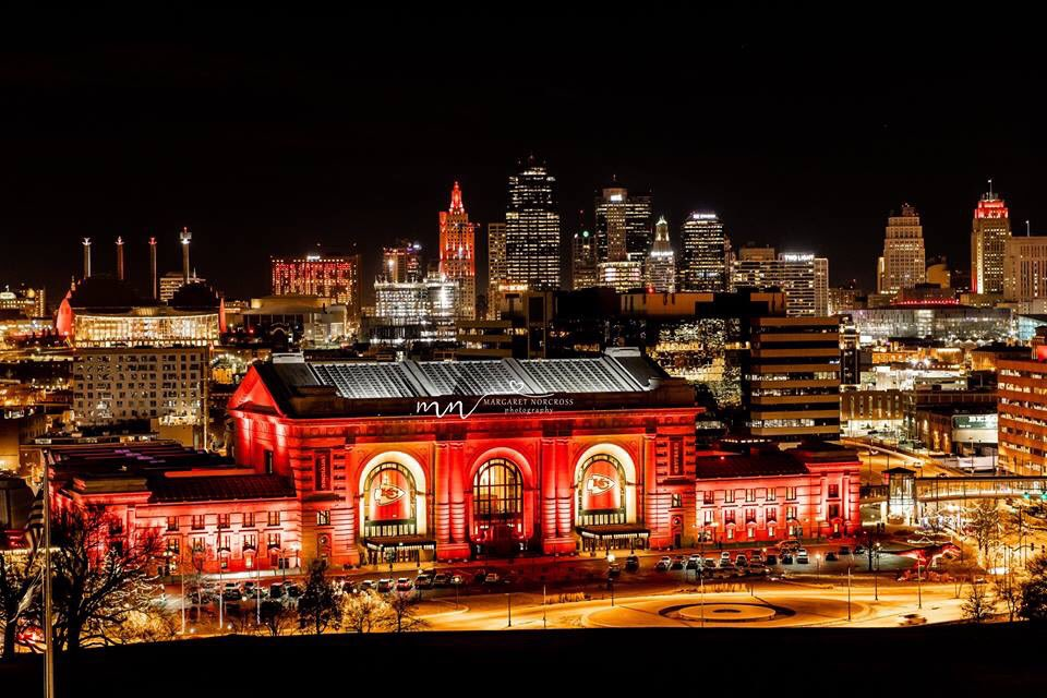 @UnionStationKC and Downtown is ready for Saturday. #lightitup #kansascity #visitkc #howwedokc #redfriday #ChiefsKindgom #KCChiefs @Chiefs<br>http://pic.twitter.com/owHBB2eGJq