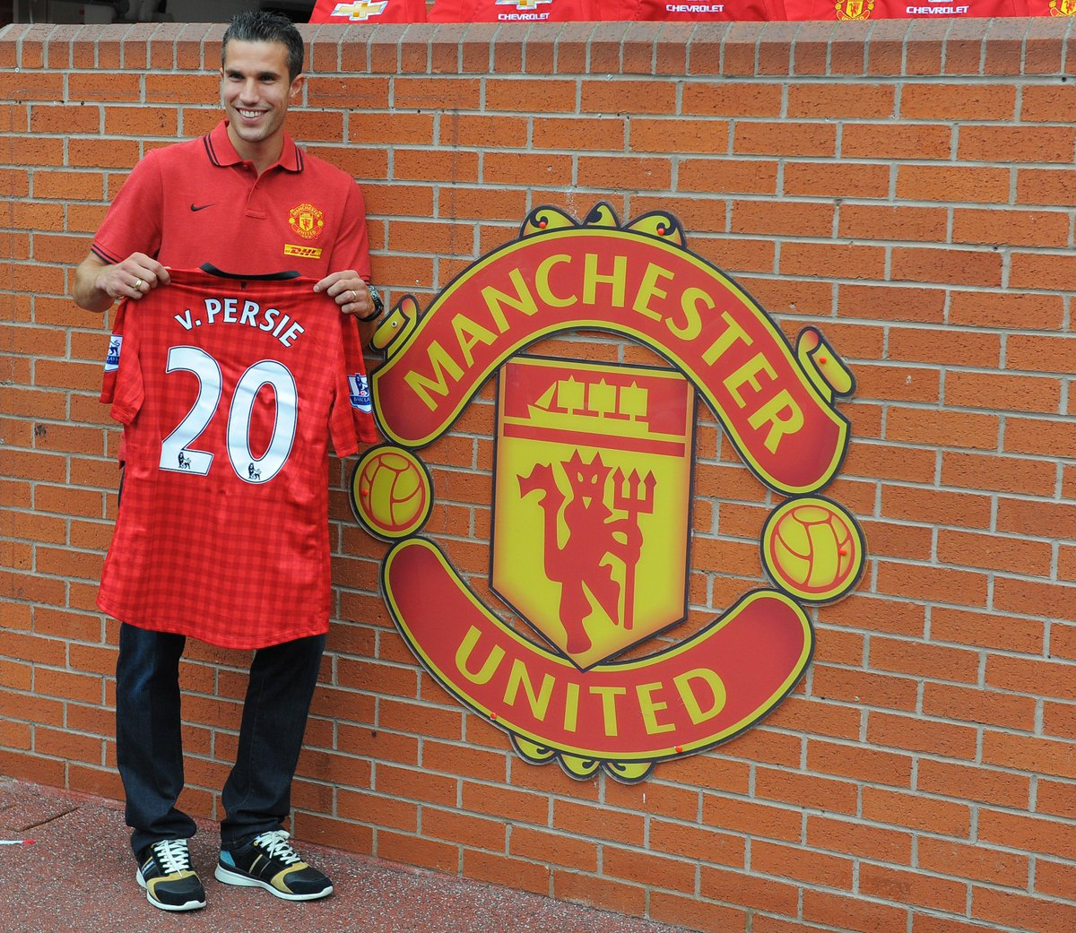 Manchester United unveil new signing Robin van Persie in 2012.   #UCL #FlashbackFriday <br>http://pic.twitter.com/EzNOHmLvDE