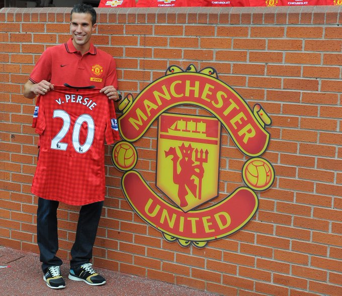 🔴 Manchester United unveil new signing Robin van Persie in 2012. ✍️ #UCL #FlashbackFriday Photo