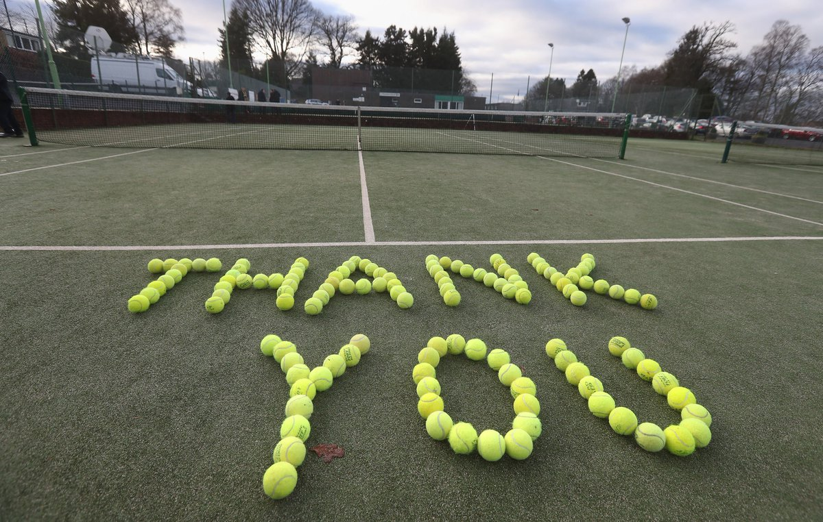 The people of @Dunblane_sc pay tribute to @andy_murray