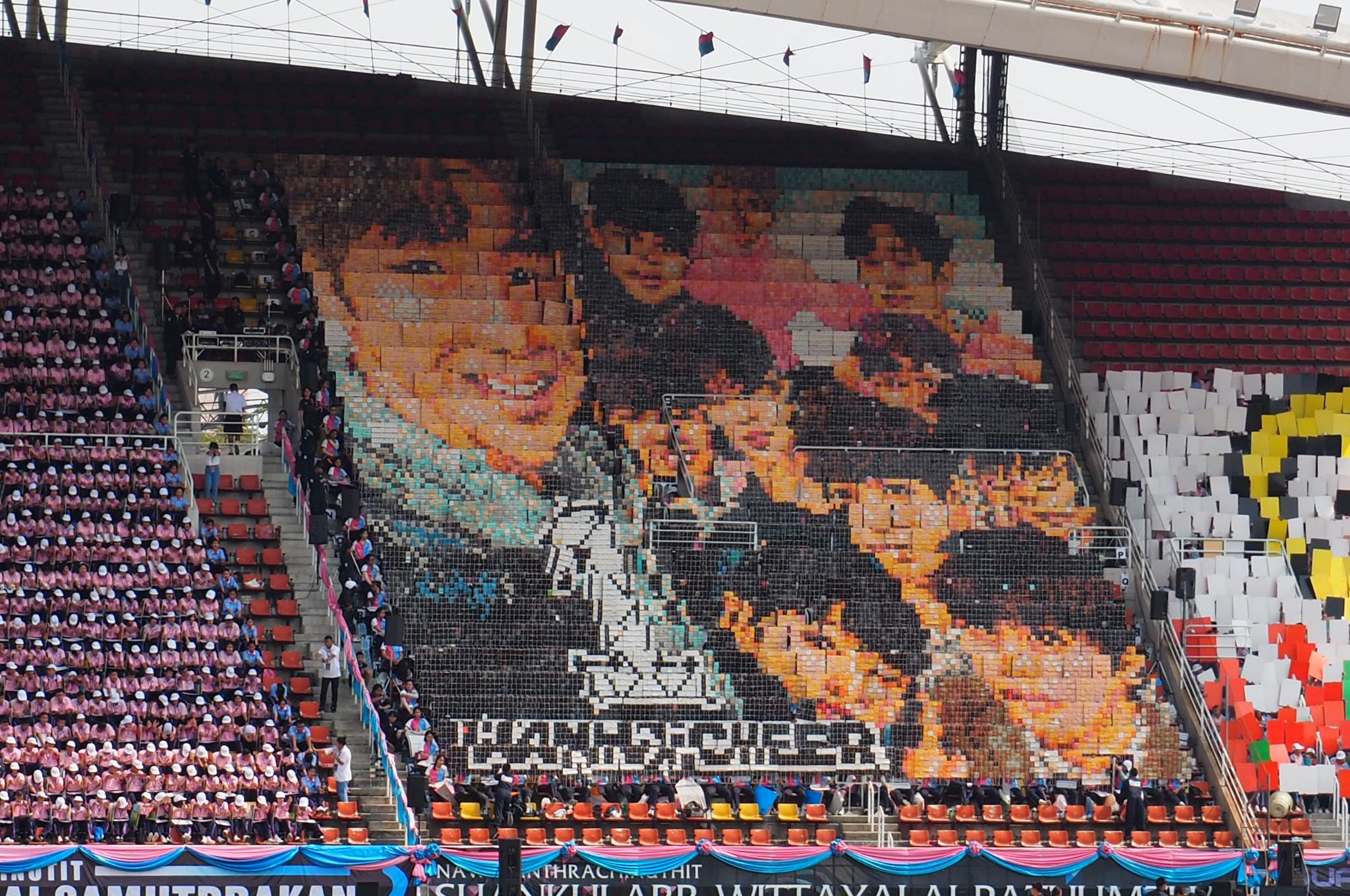 Thai students did card stunts with #WannaOne picture at their school's Sports Day ���� cr. @.danieljrvodkax https://t.co/G5sHrAxCeo