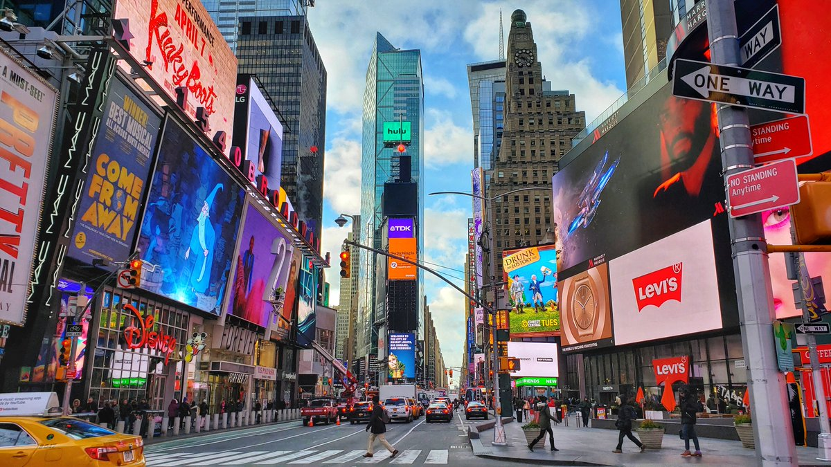 Hello, Friday! Leap into a weekend filled with fun activities and new discoveries in the heart of #NYC. Whether you&#39;re a foodie or looking to see a #Broadway show, there&#39;s a wide range of experiences to be found in #TimesSquare:  http:// bit.ly/2Av3eDG  &nbsp;  . #FridayFeeling<br>http://pic.twitter.com/5jmZk9FZZn