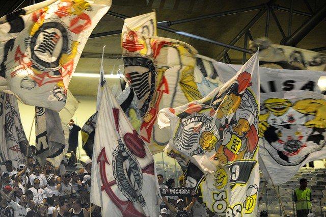 Em carta aberta à Conmebol, Corinthians defende bandeirões, fogos e instrumentos musicais Foto