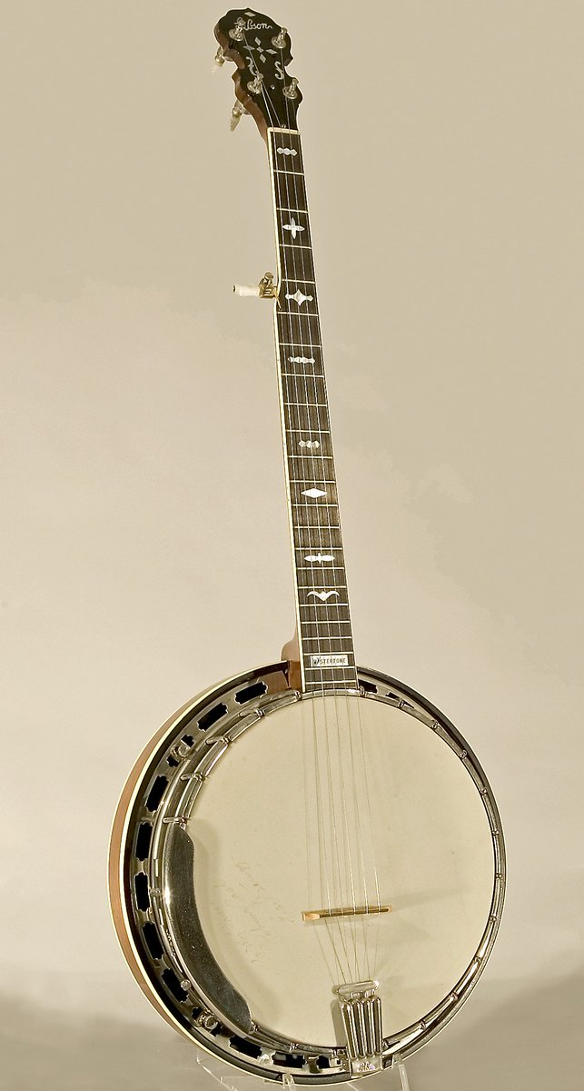 This five-string RB-250 model #banjo by #Gibson (1980) was a gift from bluegrass-icon Earl Scruggs to his friend, country-icon #JohnnyCash. It&#39;s in the collections of the National Music Museum, #Vermillion, @southdakota .  http:// nmmusd.org  &nbsp;   @gibsonguitar #EarlScruggs @usd<br>http://pic.twitter.com/YYjTDmdgt0