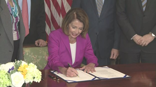 At the Capitol, @NancyPelosi signs bill ensuring federal workers not paid during shutdown, will get backpay. Bill now goes to Pres Trump who said he will sign it. He also said many of the unpaid workers support his stand to get border wall funding.
