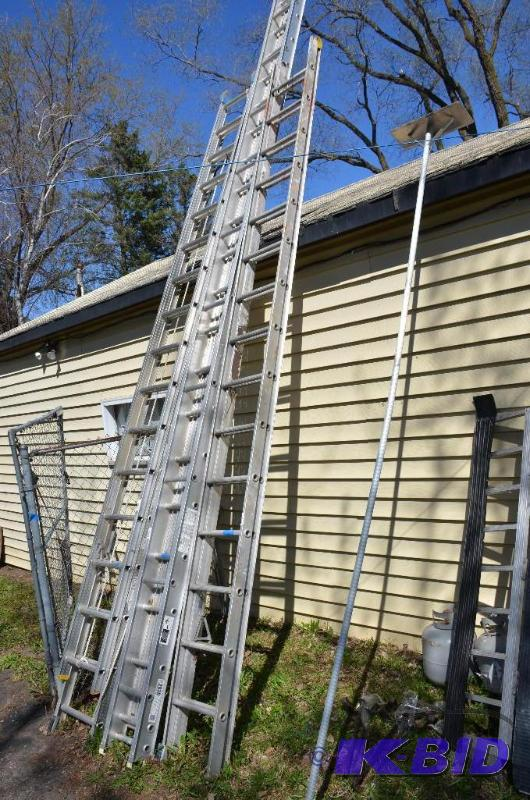 The Fake President doesn't realize immigrants have just invented a remarkable, brand new piece of technology to overcome his 30 ft FENCE:  A 31 ft LADDER! 😱😱😱  How did they know?