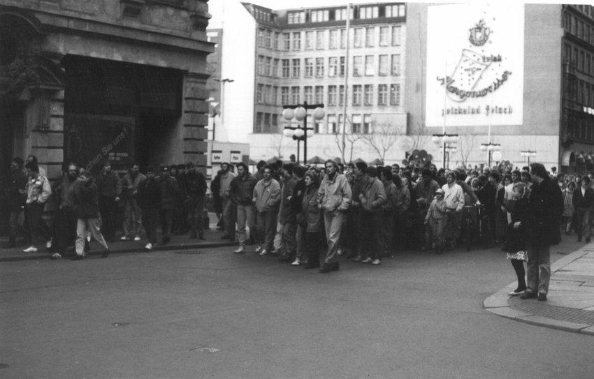 Generalprobe für die friedliche Revolution: In Leipzig kam es heute vor 30 Jahren zur größten Anti-SED-Demo vor den Montagsdemonstrationen im Herbst '89 (aus dem @einestages-Archiv) https://t.co/gz8e8M9fbC