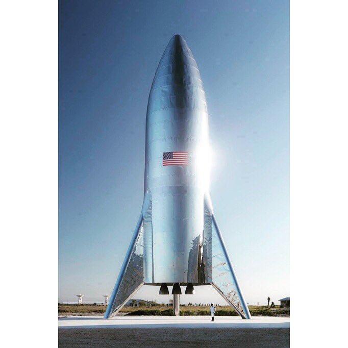僕が月に行く際に乗って行く @SpaceX 社の「Starship」ロケットです。これに窓がついたり、直径がひと回り大きくなったりする予定。ワクワクしかない! @dearmoonproject @elonmusk
