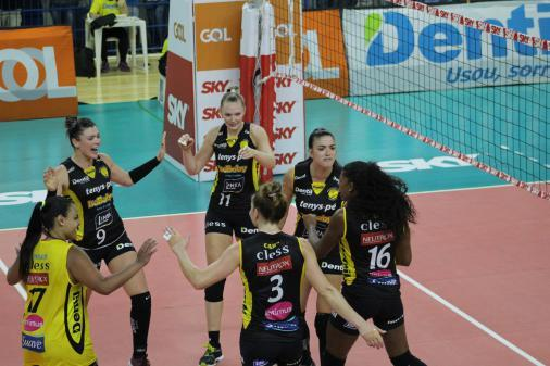 Praia Clube vence Sesc-RJ e alcança liderança da Superligafeminina Foto