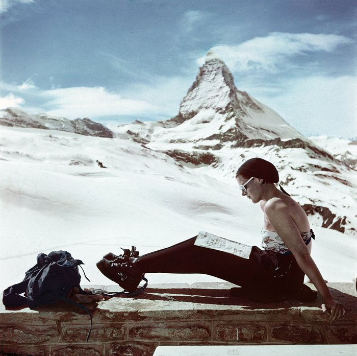 🇨🇭❄️Capa in Switzerland ❄️🇨🇭 #FlashbackFriday 📷Robert Capa, [Skier sunbathing in front of the Matterhorn, Zermatt, Switzerland], 1950 #ICPCollections https://bit.ly/2RNChpC