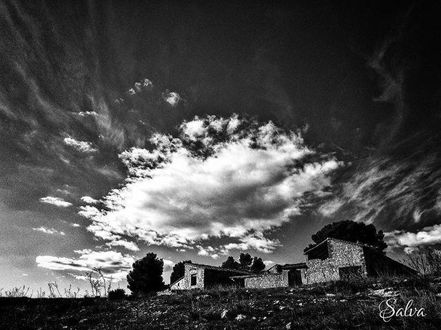 #abandonedplaces #fontanarsdelsalforins #clouds #nubes #iosphoto #procamapp #snapseedapp #blancoynegro #blackandwhite #bn #bw #soloseviveunavez #viveydejavivir http://bit.ly/2M6muNw