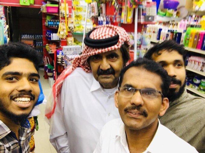 حاكم #قطر الفعلي حمد بن خليفه في بقالة هنود في هجرة بن مايقه يحاول تذكير الناس انه موجود الى أقصى نقطة #قطر_تحت_الاحتلال_التركي Photo