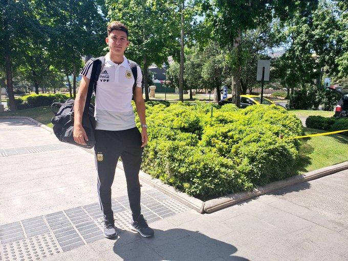 #Sub20 El jugador Leonardo Balerdi, acompañado por un dirigente de la @afa, viajó hoy hacia Alemania para realizarse la revisión médica con su nuevo club. El miércoles, regresará a #Chile para sumarse al grupo. Foto
