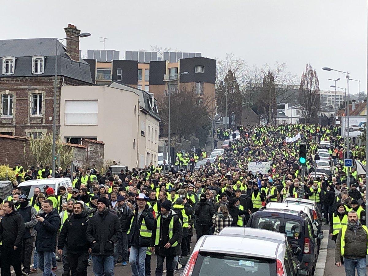 #Acte9 des #GiletsJaunes à #Rouen Il y a du monde. Manif relativement calme pour le moment.