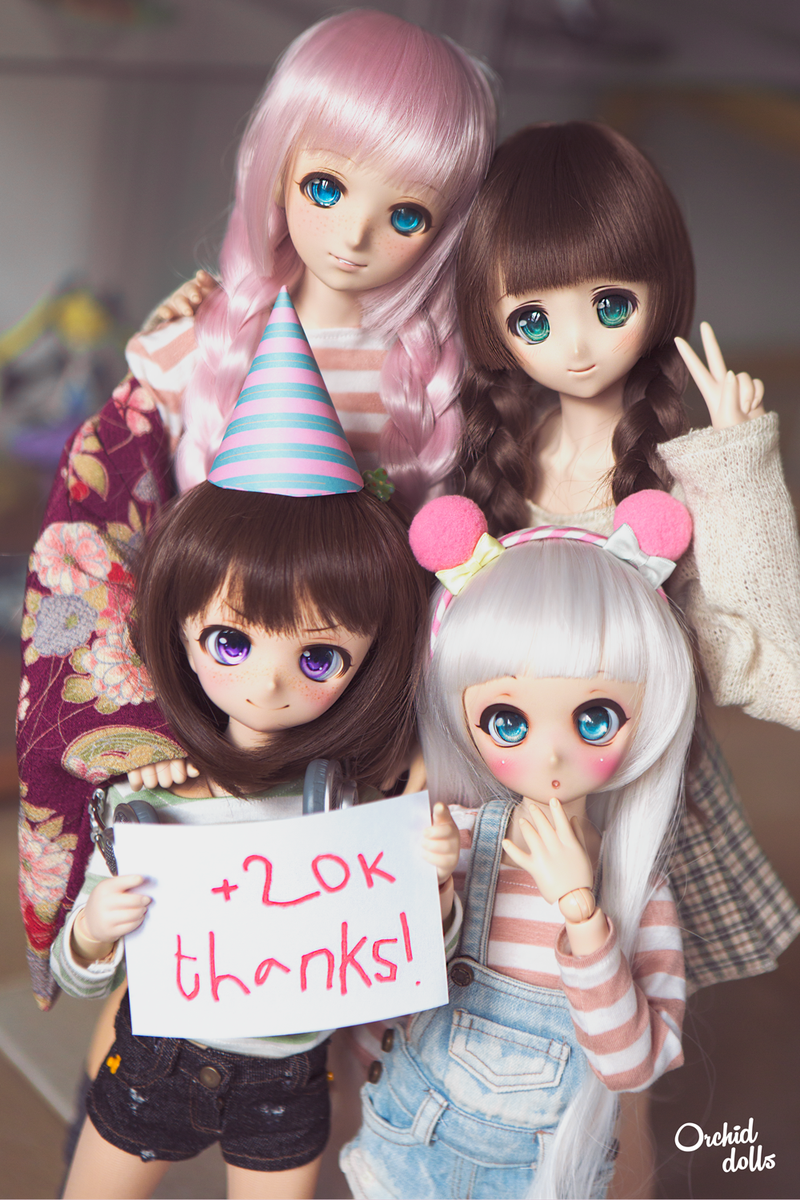 🎉 My girls and I are celebrating that we are already more than 20.000 on #Instagram ( https://www.instagram.com/orchid_dolls/  )!! 🎊🎉🎈🎉  PS: Glitch insisted on writing the poster, I don't know if it was a good idea ಠ_ಠ  #dollfiedream  #ドルフィードリーム #volks #dollphotography #kawaii