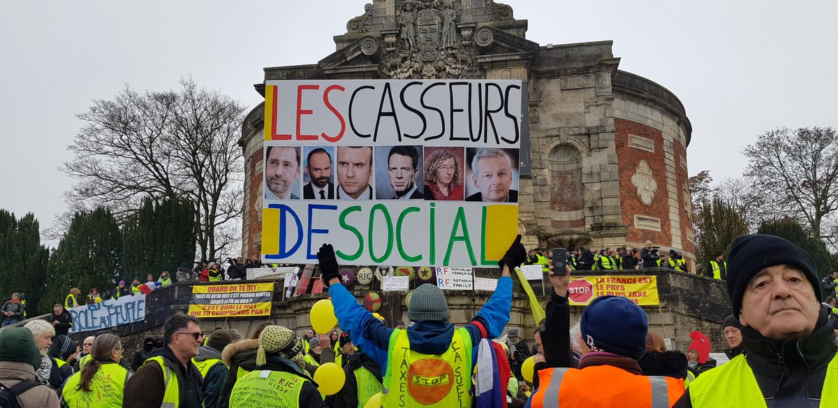 In #Bourges today. Some of the protesters have been telling me that it's not enough for Macron to go, his whole government needs to be cleared out. #ActeIX #giletsjaunes<br>http://pic.twitter.com/RQc33YlqLa