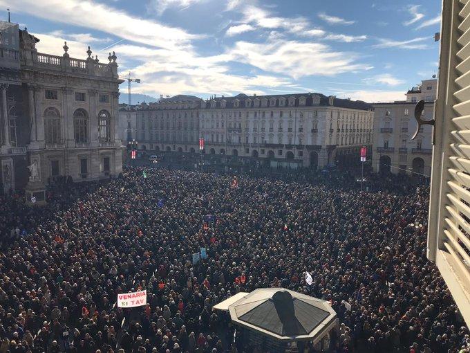 Oggi Torino dice sì al futuro. Basta con quelli che vogliono bloccare l'Italia: chi ferma la Tav, ferma la crescita. Grazie Torino. Noi non ci fermiamo. #SiTav Foto