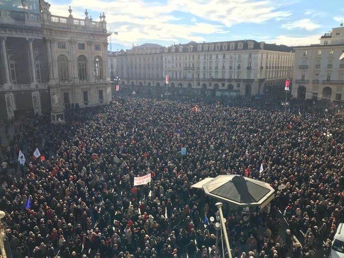 Che bella questa piazza. Grazie Torino! Grazie a chi guarda al futuro e non si lascia ingannare dai venditori di bugie! #SiTav Foto