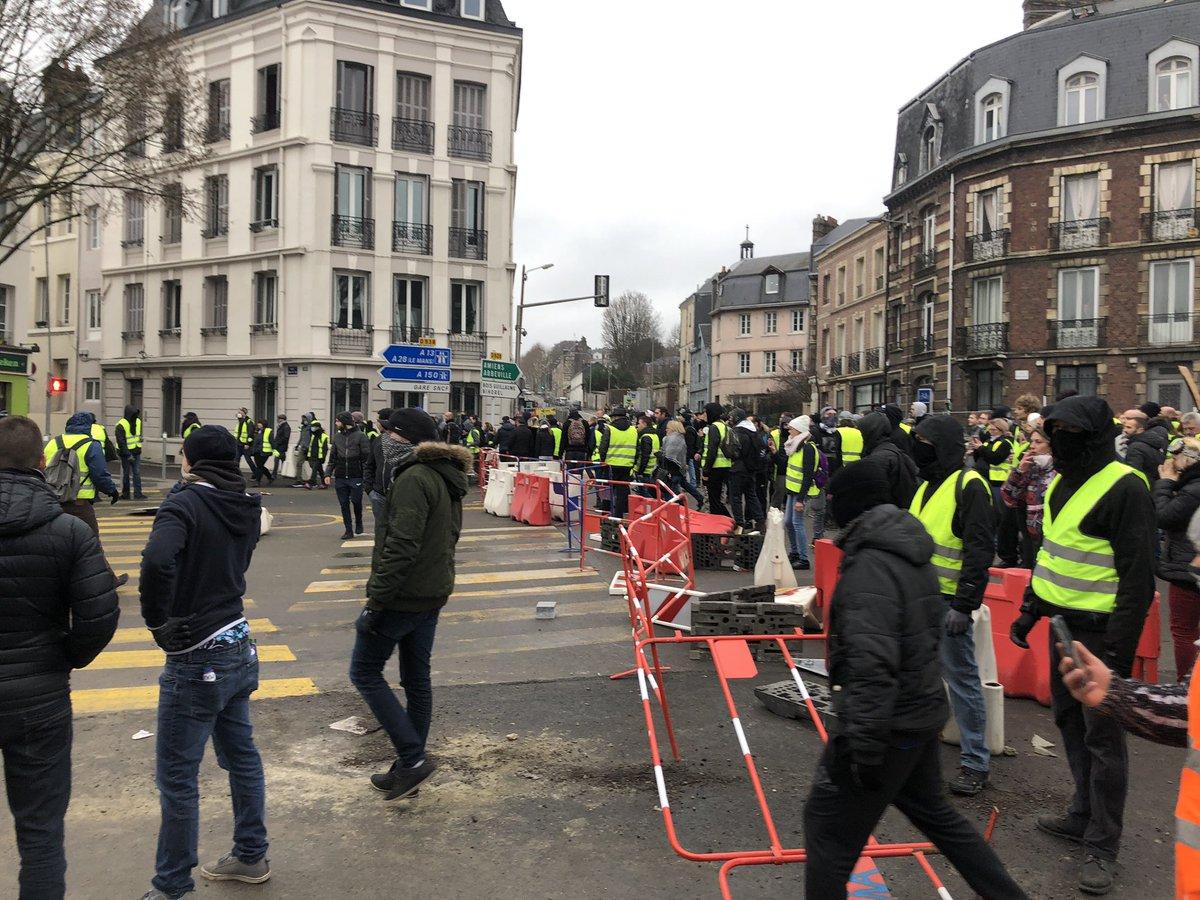 #Acte9 des #GiletsJaunes à #Rouen Barricade en cours rue Beauvoisine