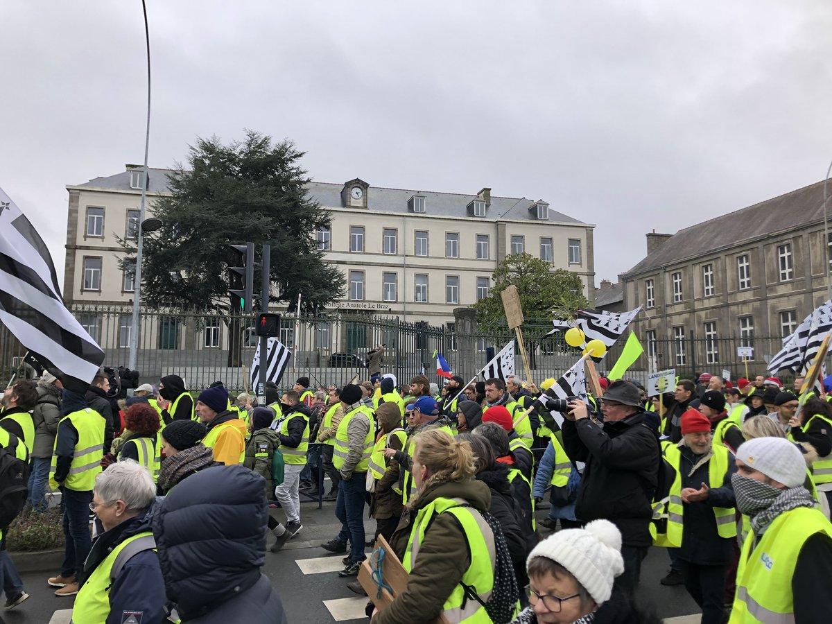Le cortège passe devant le Collège Anatole Le Braz à #SaintBrieuc #acte9 #giletsjaunes