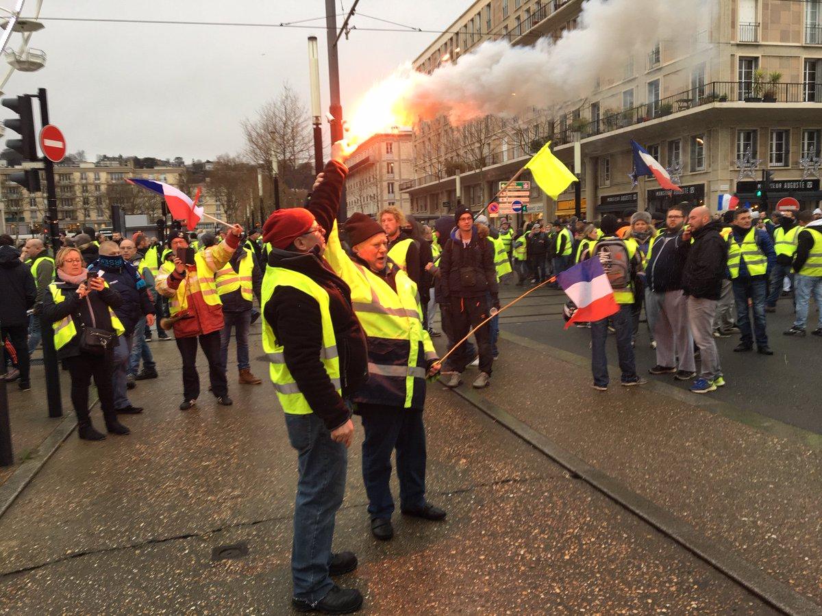 Au Havre, la manifestation des #giletsjaunes a redémarré dans le centre ville (photo de M.H Tichoux) #Acte9