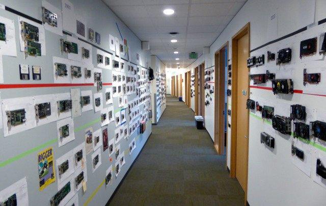Este pasillo de las oficinas de Microsoft es un peculiar museo de la GPU con más de 400 tarjetas gráficas de los últimos 35 años Foto