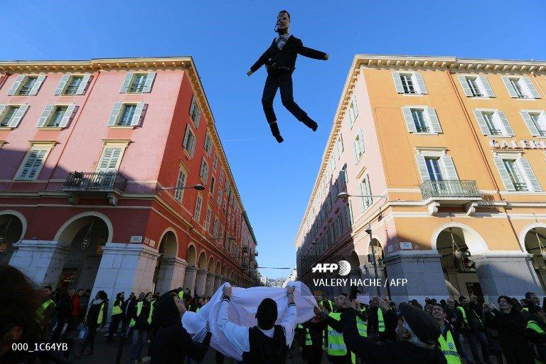 🇫🇷 France's 'yellow vests' mobilise for fresh round of protests http://u.afp.com/JkUC  📷 @ValeryHache @gsouvant @ZakriaAbdelkafi #AFP #gilletesjaunes #YellowVests