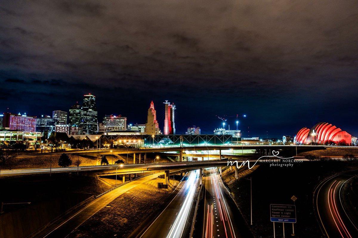 Downtown skyline Thursday night. #kansascity #kcchiefs #visitkc #howwedokc #redfriday #lightitup<br>http://pic.twitter.com/fDBT5EGDiM
