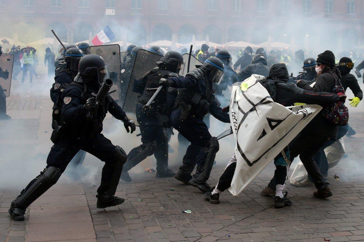 Des incidents ont éclaté sur la place du Capitole à Toulouse #GiletsJaunes #Acte9 > https://t.co/7xmsW1dxpI