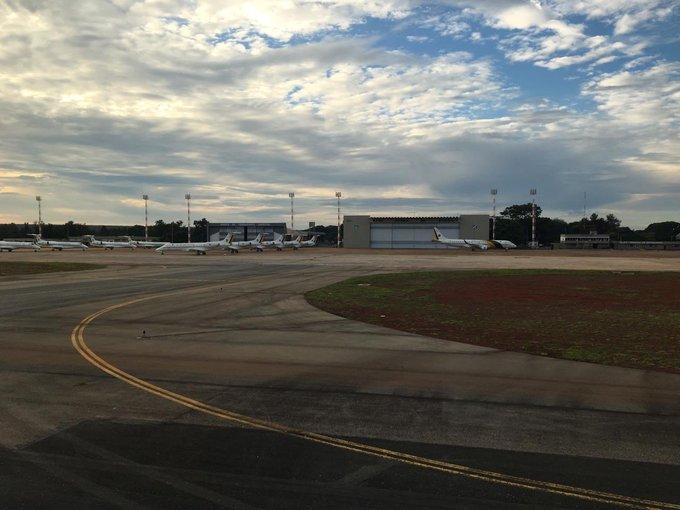 """Comandante da LATAM que pilota para Brasília desde 2005 tirou esta foto hoje e disse que NUNCA tinha visto isso! Tantos da frota do Grupo de Transporte Executivo da FAB (GTE), que transporta os ministros e outras autoridades do governo, no chão em pleno sábado . """"Pátria Amada 🇧🇷"""" Foto"""