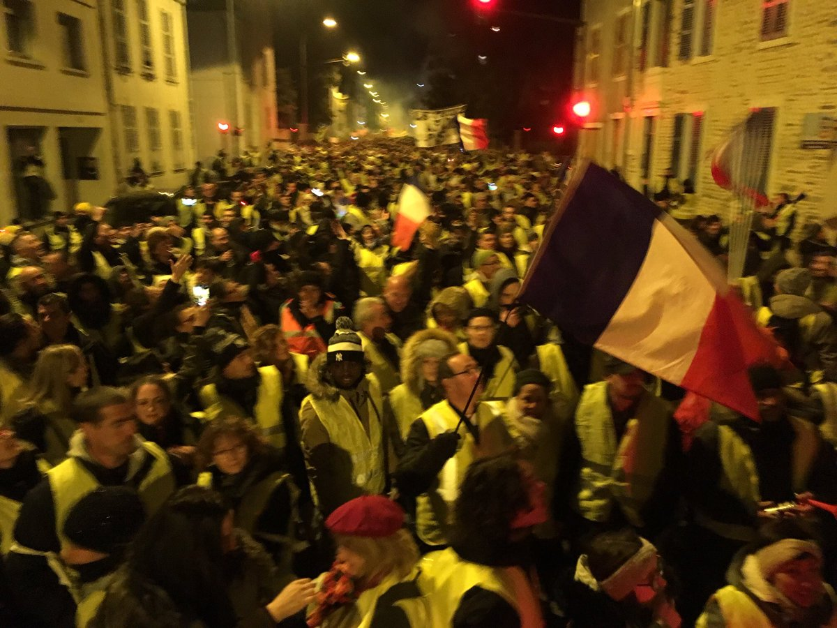 #pau mobilisation des #GiletsJaunes entre 1500 et 2000 manifestants ce samedi soir dans le centre ville