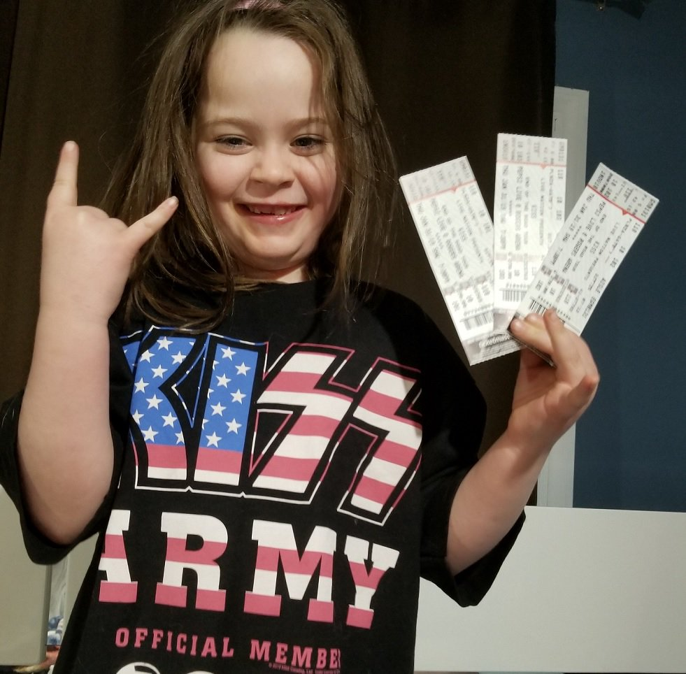 #KISSKids Rock! 6 year old Londyn Morse is ready for #KISS in #Vancouver!  Her mom &amp; dad surprised her with #EndOfTheRoad tickets for Christmas. So #GreatParenting <br>http://pic.twitter.com/5VcxQO8jdR