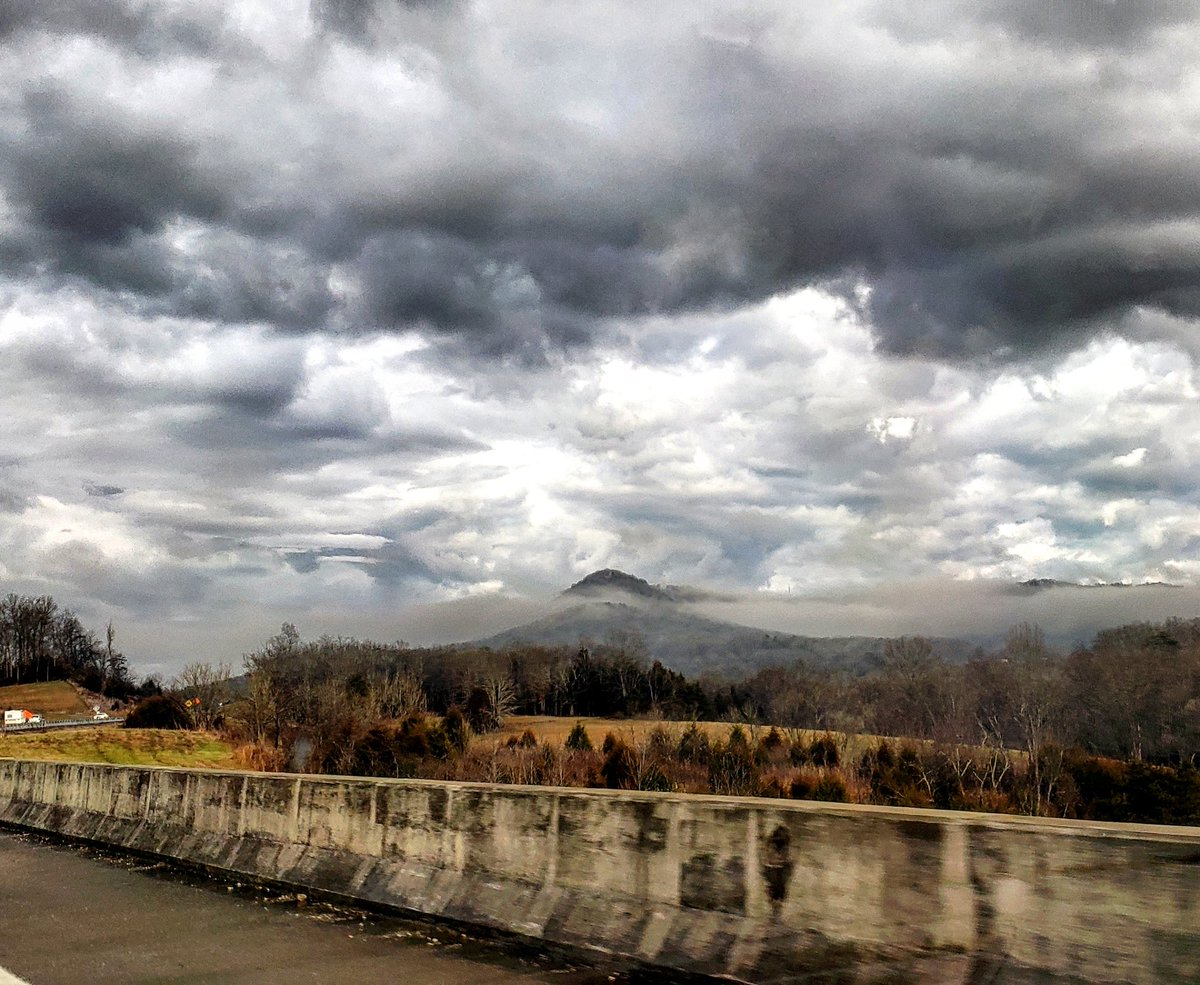 Fog-laden mountains beneath a cloudy sky in Kentucky, by @kentuckygirl_UK<br>http://pic.twitter.com/45ip073cpk