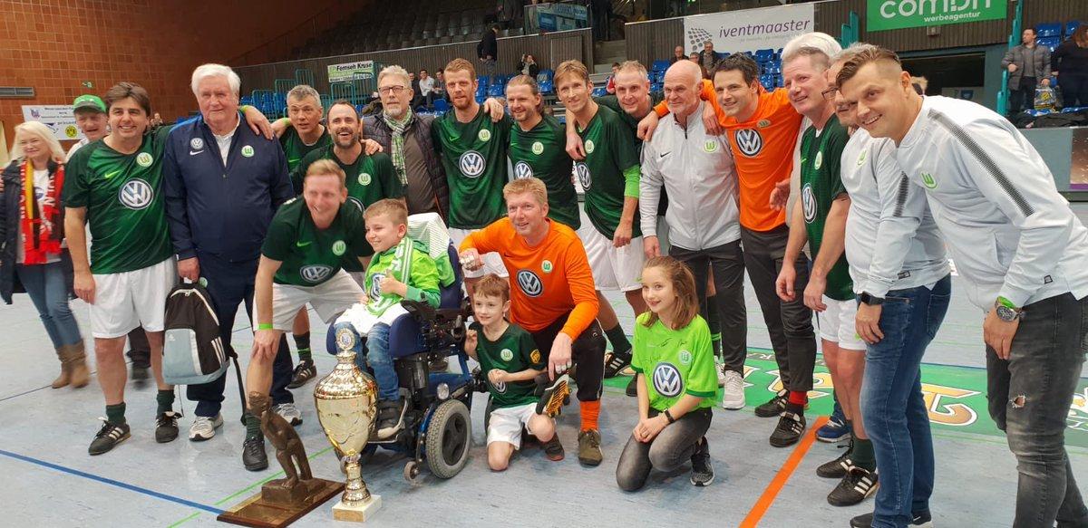 Die VfL-Traditionself hat gestern das Weserspucker-Turnier in Minden gewonnen. Im Finale schlugen Roy Präger u. Co. @borussia mit 4:3. 👏 #VfLWolfsburg #immernurdu