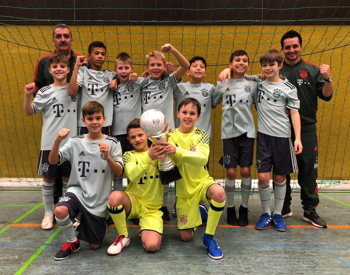 Glückwunsch, Jungs! 🏆🎉 Die #FCBU11 feiert in Staßdorf einen Turniersieg. #FCBayernCampus #MiaSanMia