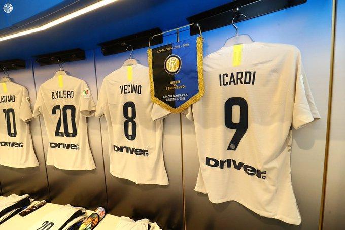 غرفة تبديل الملابس جاهزة لاستقبال النيراتزوري 📸👕 ما هي توقعاتكم لتشكيل الفريق الليلة؟ 🤔 #InterBenevento Foto