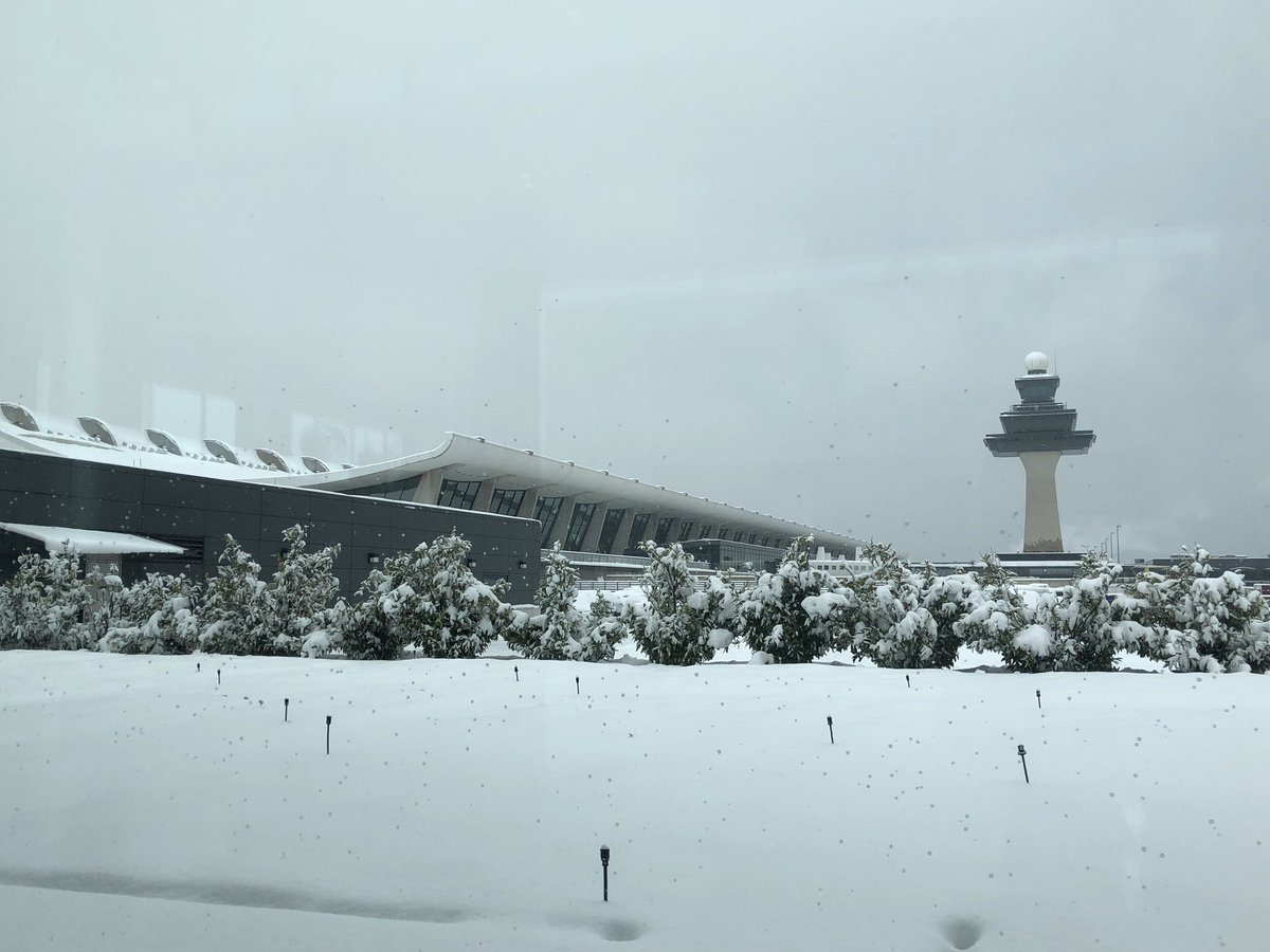 Hardworking Crew Keeps Runway Clear So >> Dulles Airport Iad On Twitter A Snowy Look Around The Airport