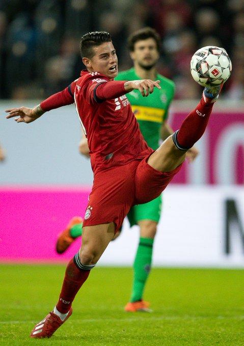 😱😳 @jamesdrodriguez Deswegen vor jedem Spiel: Stretching. 🕺😜 #FCBayern #TelekomCup Foto