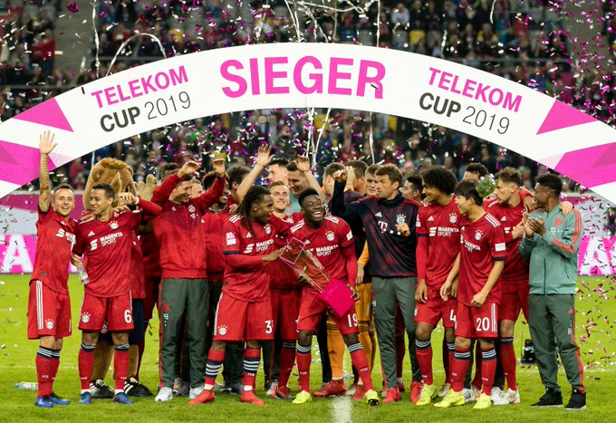 First trophy of 2019 🏆 First trophy for @AlphonsoDavies 😉 #TelekomCup #FCBayern Foto