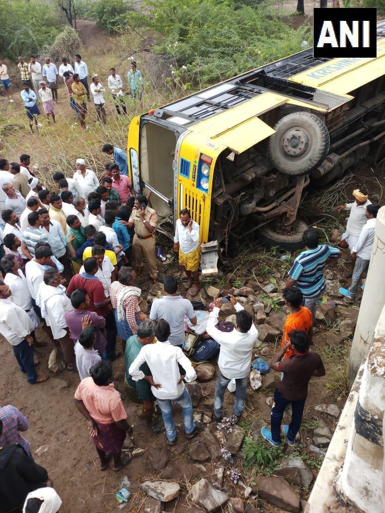 В Индии перевернулся автобус с 50 школьниками
