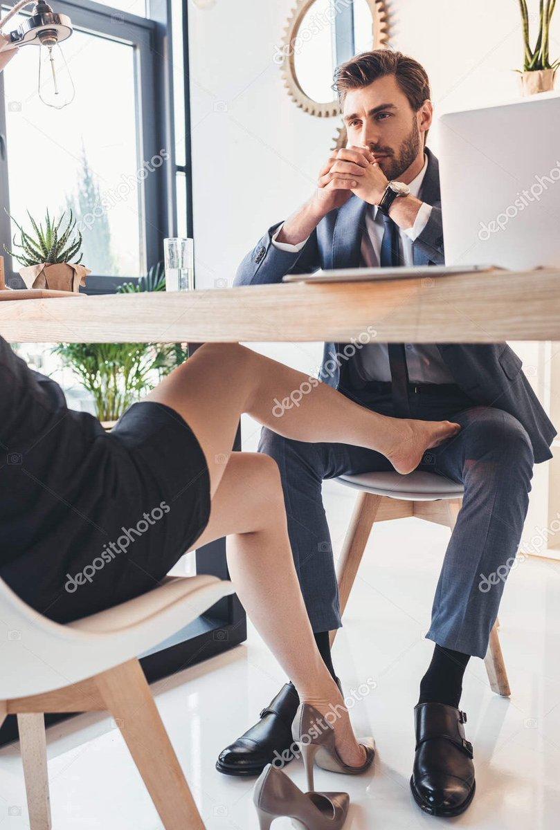 качает ступней под столом том