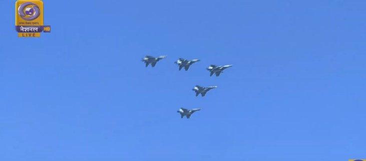عرض عسكري في الهند احتفالا بالذكرى الـ70 لتأسيس الجمهورية Dx0NOf8UYAA-WYZ