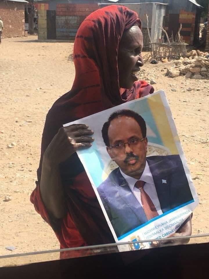 Waa hooyo Soomaaliyeed oo taagan waddada si ay ugu soo dhaweyso madaxweynaha Soomaaliya .  It is a Somali mother standing on the street to welcome her to the President of Somalia . @TheVillaSomalia @M_Farmaajo
