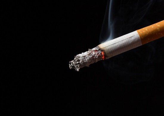 タバコの匂いって 吸わない人には本当に嫌な匂いですよね 髪や服に付着したタバコの匂いを手軽に除去する方法はドライヤーです。手順はとっても簡単。まずは臭いを消したいものに対してドライヤーの温風をあてます。次に冷風に切り替えて同じように吹きかけるだけ。たったの数秒で嫌な臭いが取れます