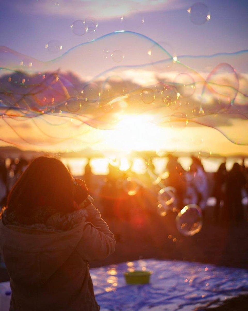 今日の午後3時くらいから  光市虹ヶ浜で、大きなシャボン玉飛ばして遊んでいます。  あやしいオジサンではありません。  わーわーわー‼️ https://t.co/8sOltU0rZx