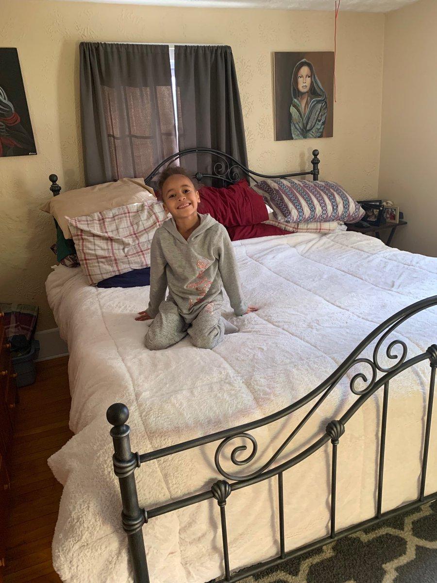 King bed https://t.co/s2pNVxbnRi